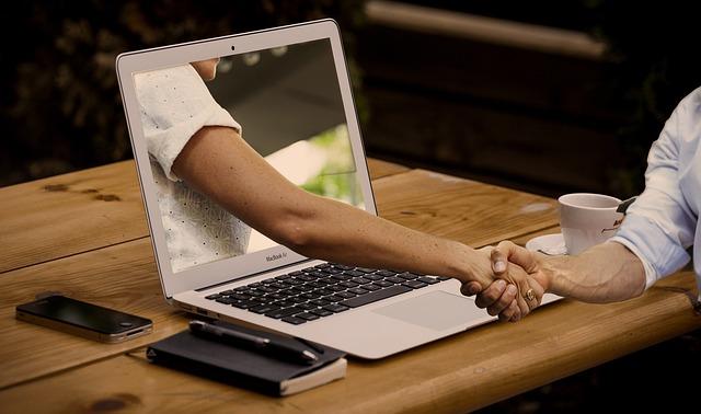 ruka z monitoru.jpg
