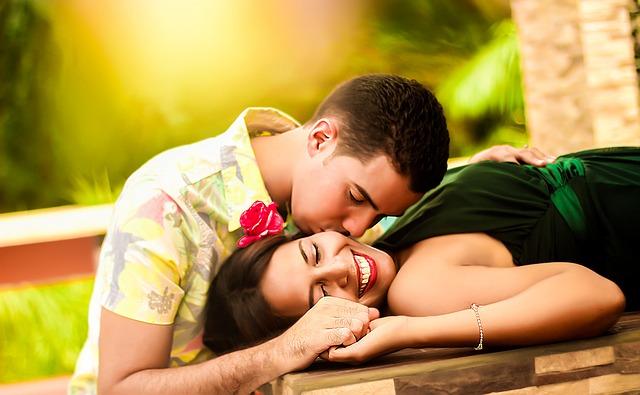 líbající se pár