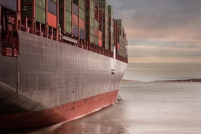plující nákladní loď