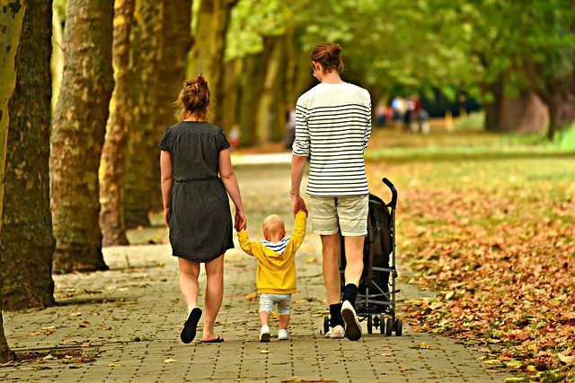Muž, žena, dítě, chůze